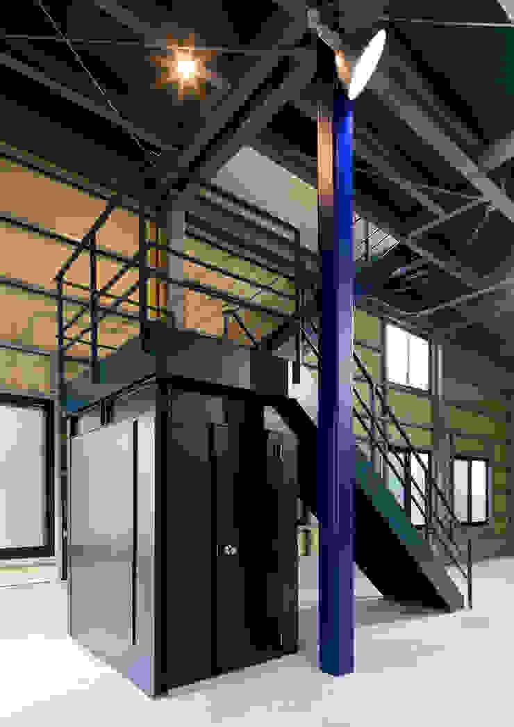 G邸 一級建築士事務所 馬場建築設計事務所 モダンデザインの ガレージ・物置 鉄/鋼 黒色