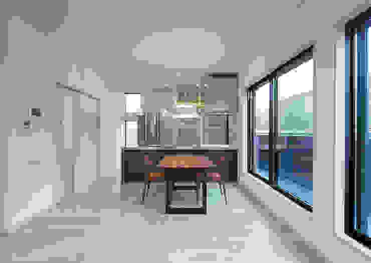 G邸 一級建築士事務所 馬場建築設計事務所 モダンデザインの リビング 木 白色