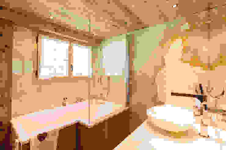 Ванная комната в рустикальном стиле от RH-Design Innenausbau, Möbel und Küchenbau Aarau Рустикальный Мрамор