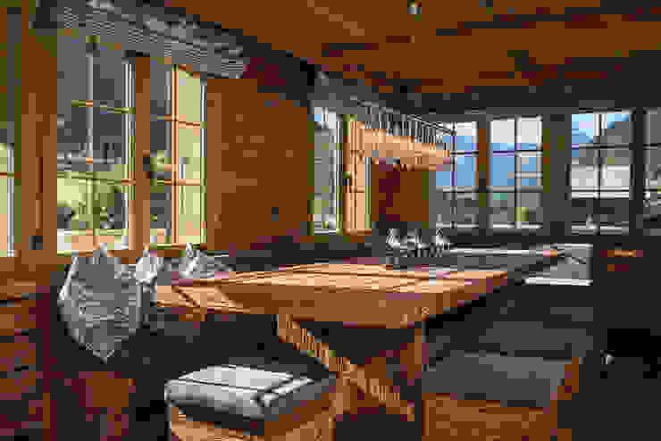 Essbereich mit Tisch und Hocker in Altholz:  Esszimmer von RH-Design Innenausbau, Möbel und Küchenbau Aarau,