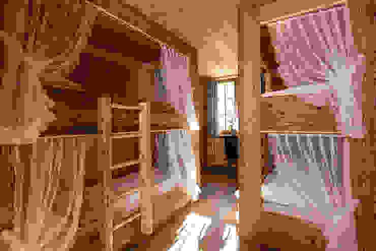 Rustykalna sypialnia od RH-Design Innenausbau, Möbel und Küchenbau Aarau Rustykalny Deski kompozytowe Przeźroczysty