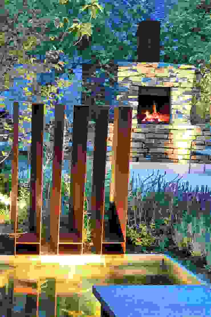 Cortenstaal waterspuwers met open haard in natuursteen Moderne tuinen van Hoveniersbedrijf Guy Wolfs Modern
