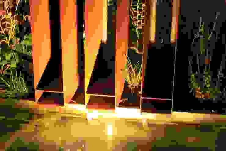 Cortenstaal waterspuwer met onderwater verlichtin Moderne tuinen van Hoveniersbedrijf Guy Wolfs Modern