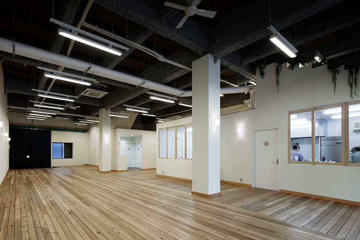 Oshiage-04 <q>すみだパークギャラリーささや</q> オリジナルデザインの 多目的室 の &lodge inc. / 株式会社アンドロッジ オリジナル 木 木目調