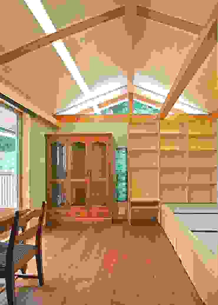 個室 モダンスタイルの寝室 の アンドウ設計事務所 モダン 無垢材 多色