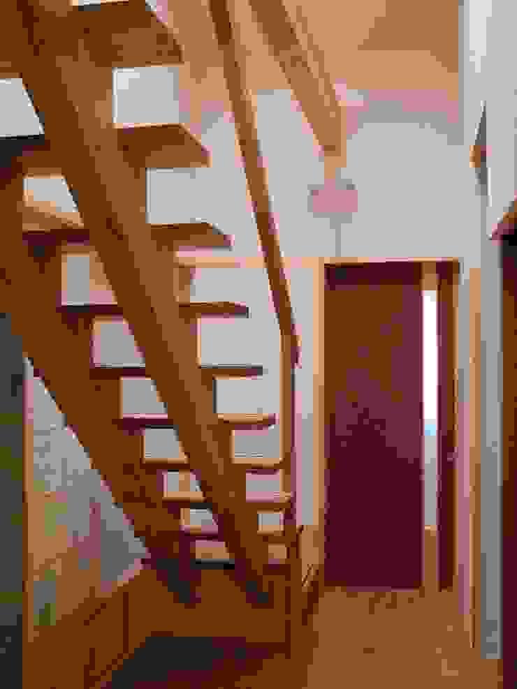 階段 モダンスタイルの 玄関&廊下&階段 の アンドウ設計事務所 モダン 無垢材 多色