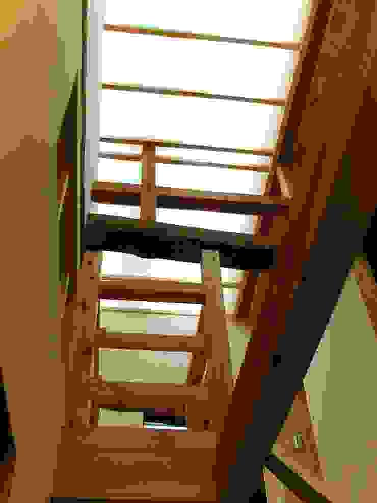 階段ホール モダンスタイルの 玄関&廊下&階段 の アンドウ設計事務所 モダン 無垢材 多色