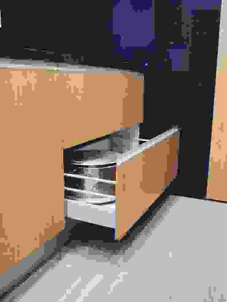 Kitchen Cozinhas modernas por KUUK Moderno MDF