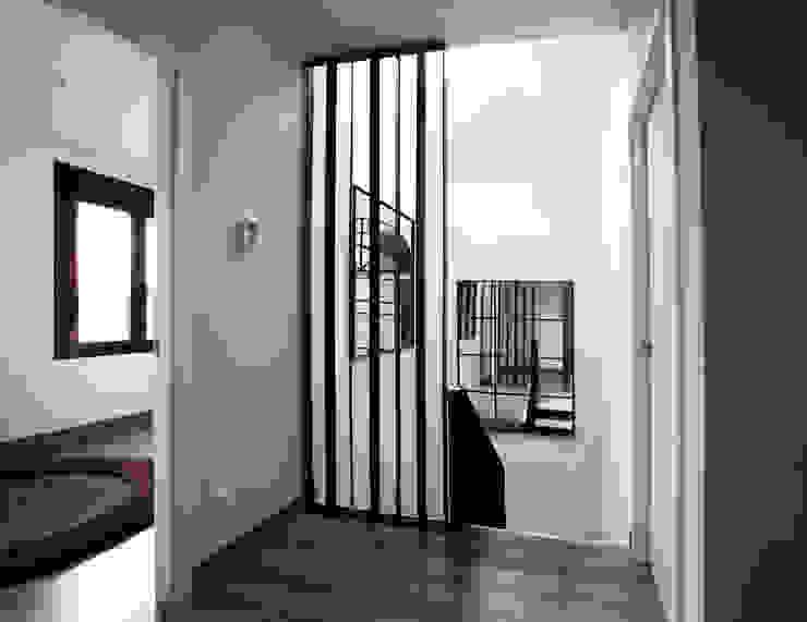 Casa Victoria Pasillos, vestíbulos y escaleras de estilo moderno de mdm09 arquitectura Moderno