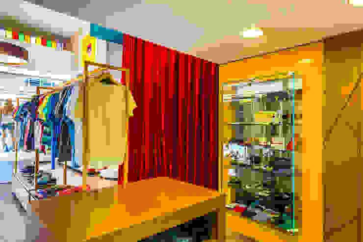 Interior da loja / Vitrine de produtos Escritórios modernos por Enzo Sobocinski Arquitetura & Interiores Moderno Vidro