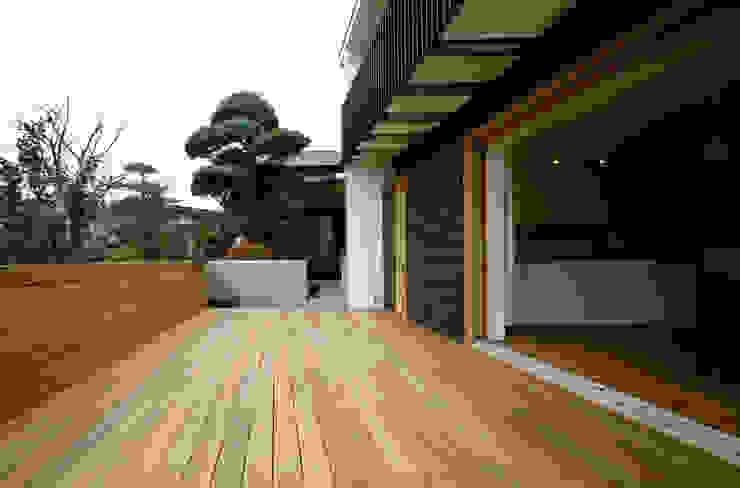 桐山和広建築設計事務所의  베란다, 모던