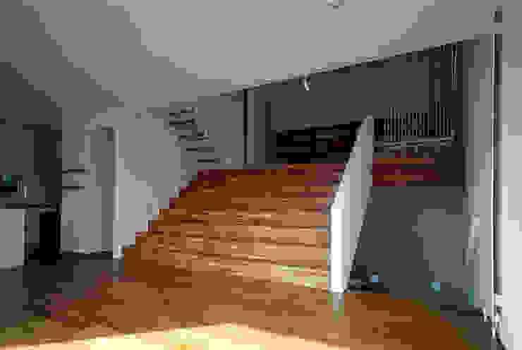 Moderne gangen, hallen & trappenhuizen van 桐山和広建築設計事務所 Modern
