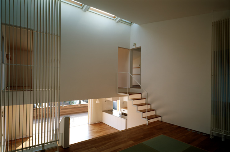 Moderne woonkamers van 桐山和広建築設計事務所 Modern