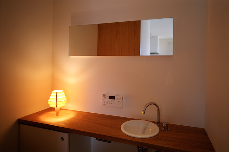 Moderne badkamers van 桐山和広建築設計事務所 Modern