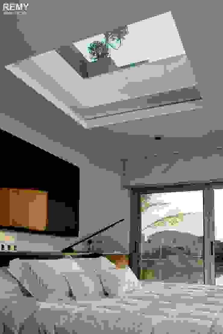 Casa de la Cascada Dormitorios modernos: Ideas, imágenes y decoración de Remy Arquitectos Moderno