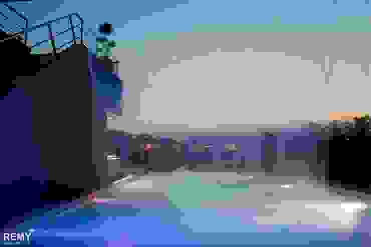 Casa de la Cascada Piletas modernas: Ideas, imágenes y decoración de Remy Arquitectos Moderno