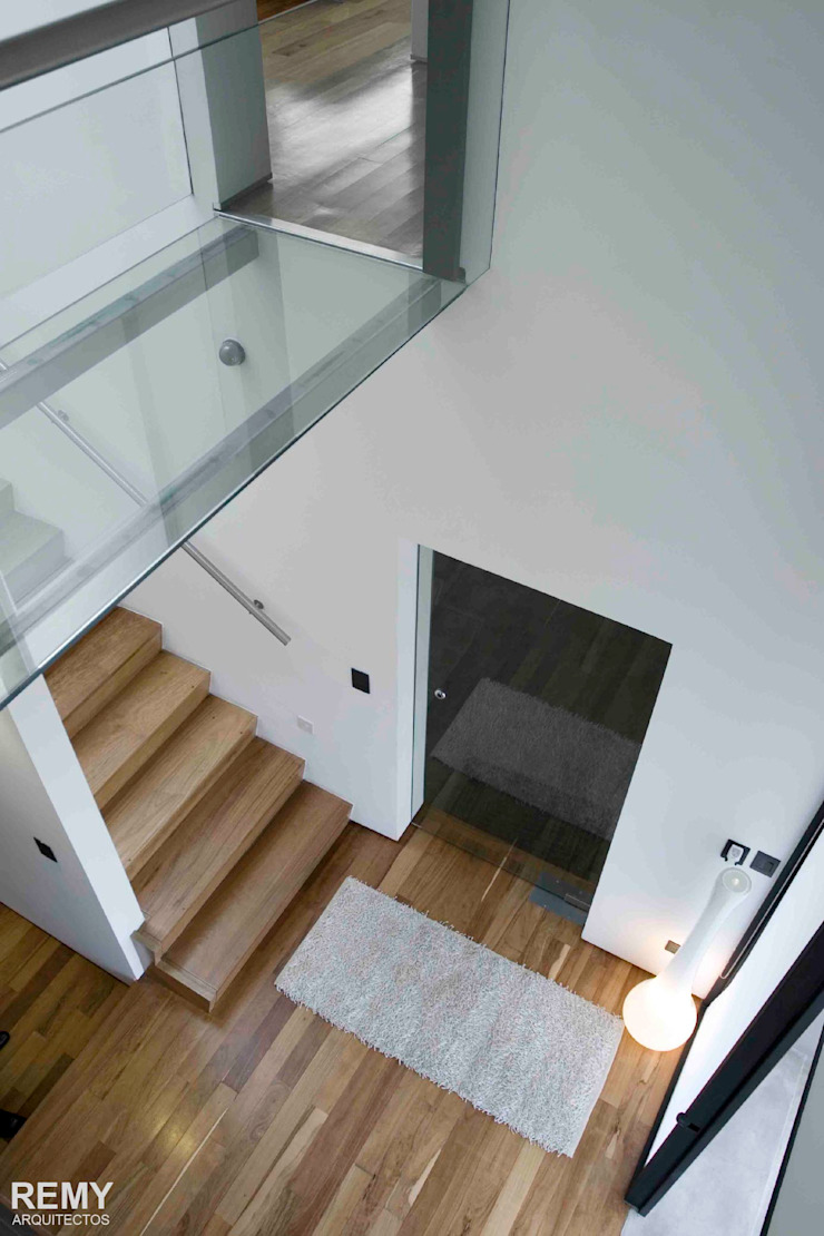 Modern Corridor, Hallway and Staircase by Remy Arquitectos Modern