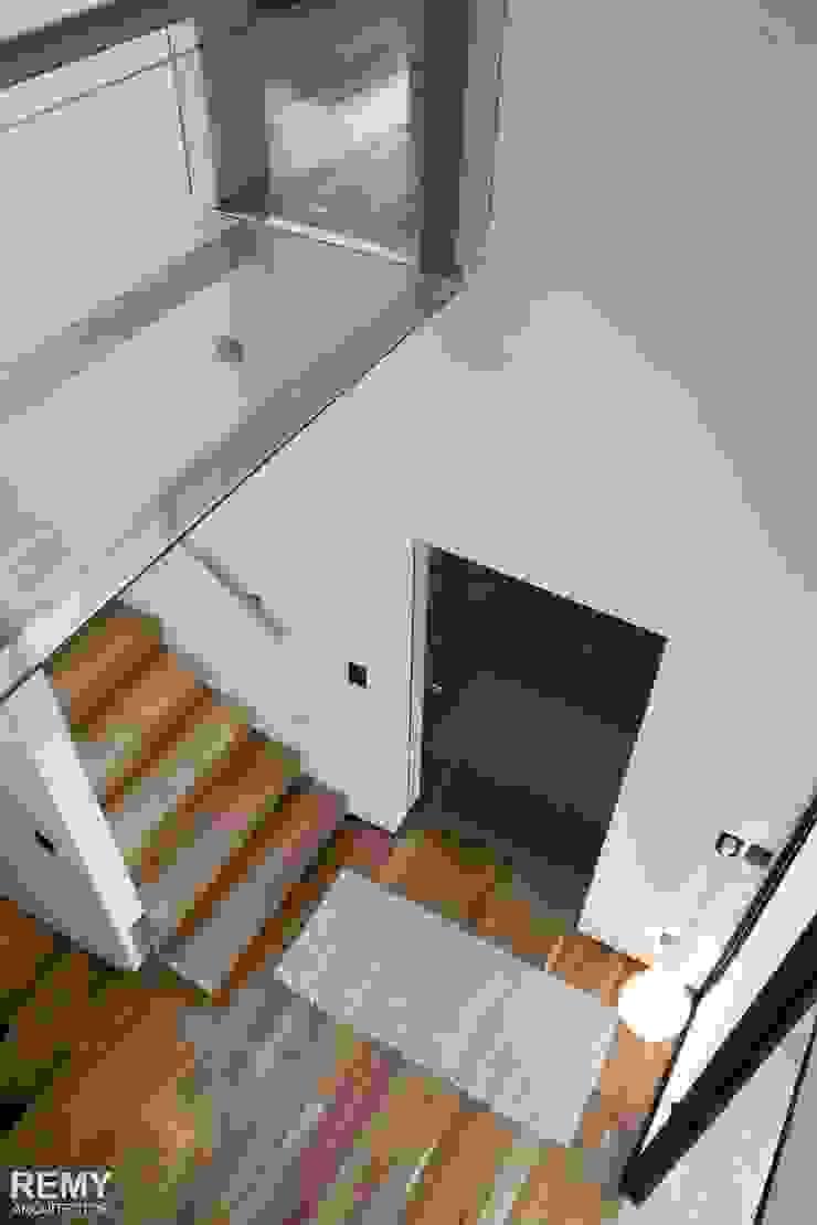 Casa de la Cascada Pasillos, vestíbulos y escaleras modernos de Remy Arquitectos Moderno