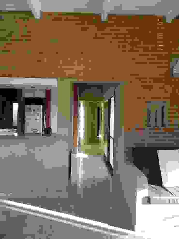 CASA DE CAMPO LOMAS DEL REY Pasillos, vestíbulos y escaleras modernos de ART quitectura + diseño de Interiores. ARQ SCHIAVI VALERIA Moderno