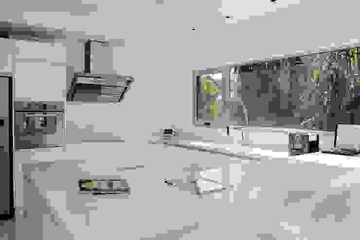 現代廚房設計點子、靈感&圖片 根據 Remy Arquitectos 現代風