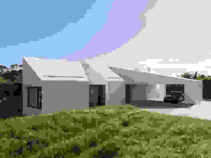 Minimalist corridor, hallway & stairs by Monteiro, Resendes & Sousa Arquitectos lda. Minimalist
