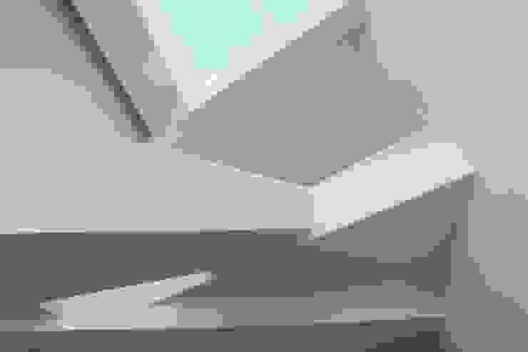 Couloir, entrée, escaliers modernes par Remy Arquitectos Moderne