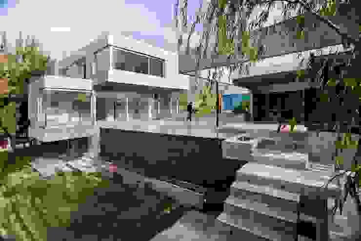 Piscina moderna di Remy Arquitectos Moderno