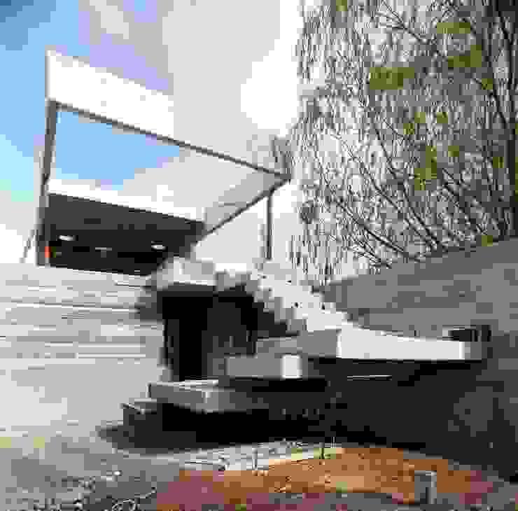 Giardino moderno di Remy Arquitectos Moderno