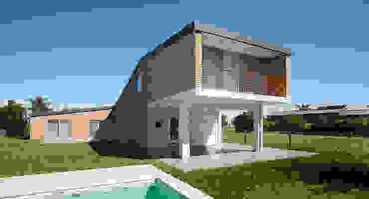 Casa Miraflores: Balcones y terrazas de estilo  por Estudio Caballero Fernandez