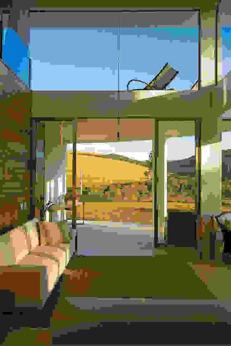 现代客厅設計點子、靈感 & 圖片 根據 Isabela Canaan Arquitetos e Associados 現代風