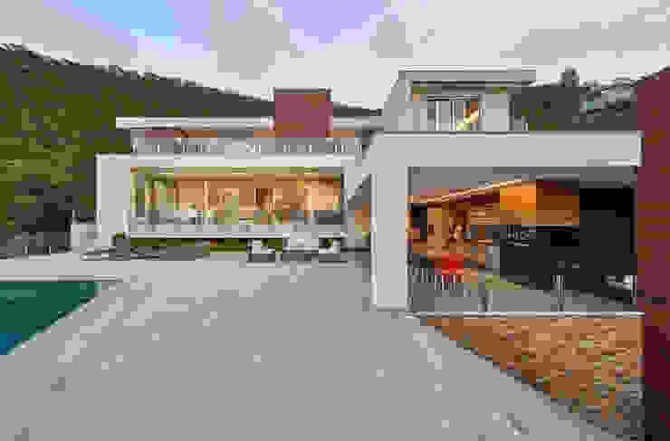 Дома в стиле модерн от Márcia Carvalhaes Arquitetura LTDA. Модерн