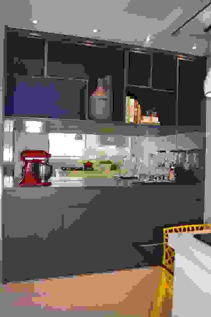 APARTAMENTO 143 Cozinhas modernas por ViKasa arquitetura e interiores Moderno Madeira Efeito de madeira