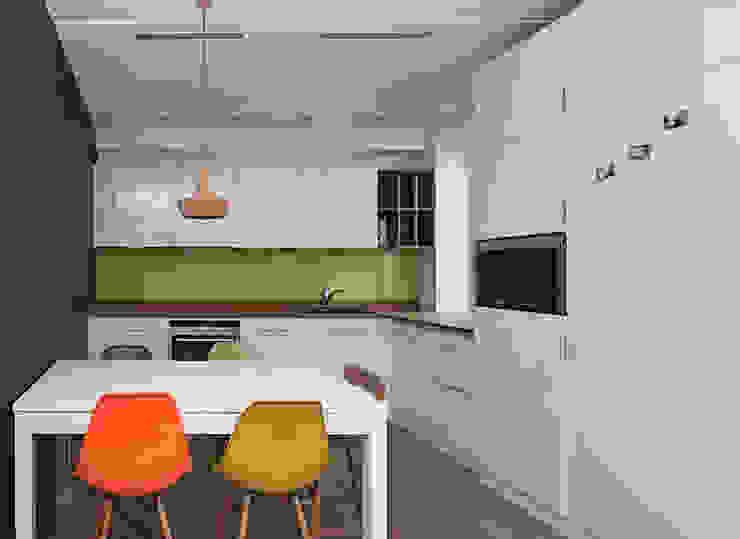 Кухня с тиковой столешницей:  в современный. Автор – PM studio, Модерн Изделия из древесины Прозрачный