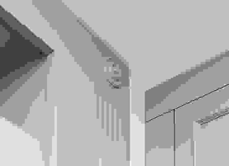 Элементы обшивки ниш в гостиной от PM studio Эклектичный Изделия из древесины Прозрачный