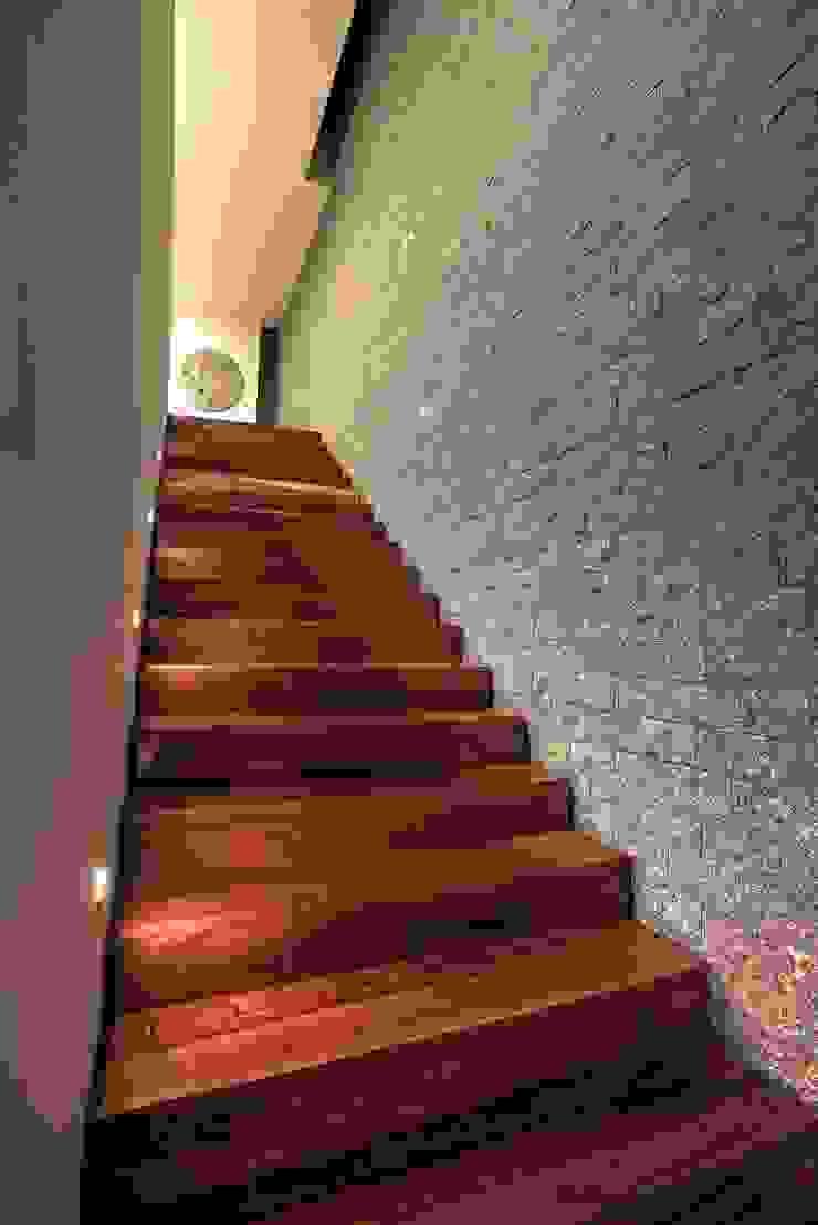 ห้องโถงทางเดินและบันไดสมัยใหม่ โดย ze|arquitectura โมเดิร์น