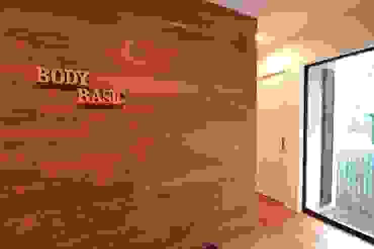 Moderne Wände & Böden von 株式会社スタジオ・チッタ Studio Citta Modern