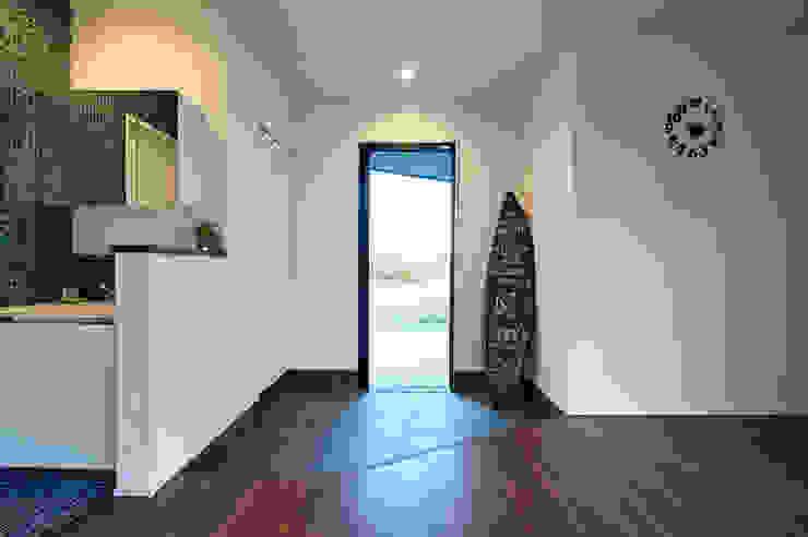 西海岸な平屋: 株式会社スタジオ・チッタ Studio Cittaが手掛けた廊下 & 玄関です。,カントリー