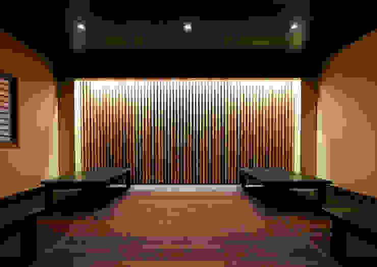 Bar & Club in stile asiatico di 一級建築士事務所 馬場建築設計事務所 Asiatico Legno Effetto legno