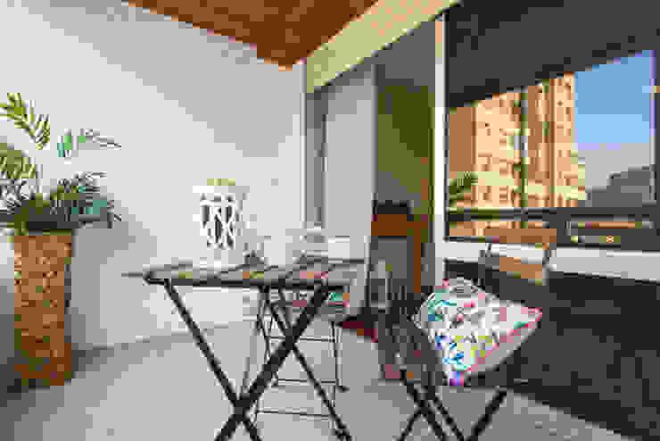 HOME STAGING PAMPLONA www.jaioneelizaldehs.es Balcones y terrazas de estilo moderno de homify Moderno