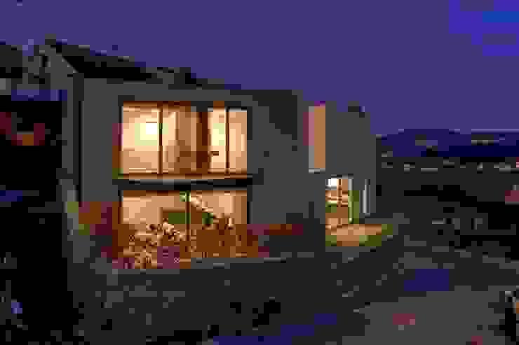 136F - Arquitectos 의  주택, 모던