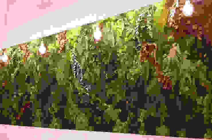 Jardín vertical con ramajes preservados color: Paisajismo de interiores de estilo  de ARTESANIA Y DECORACION ENEBRO SL,