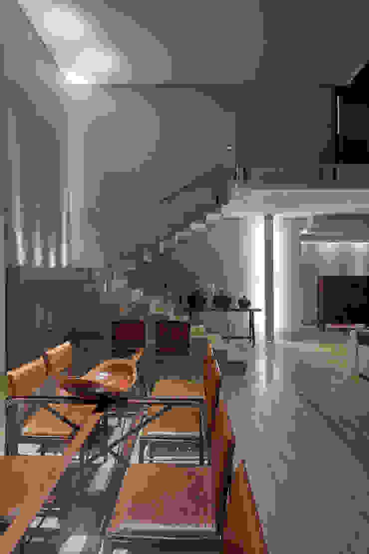 Casa Riviera Corredores, halls e escadas modernos por Márcia Carvalhaes Arquitetura LTDA. Moderno