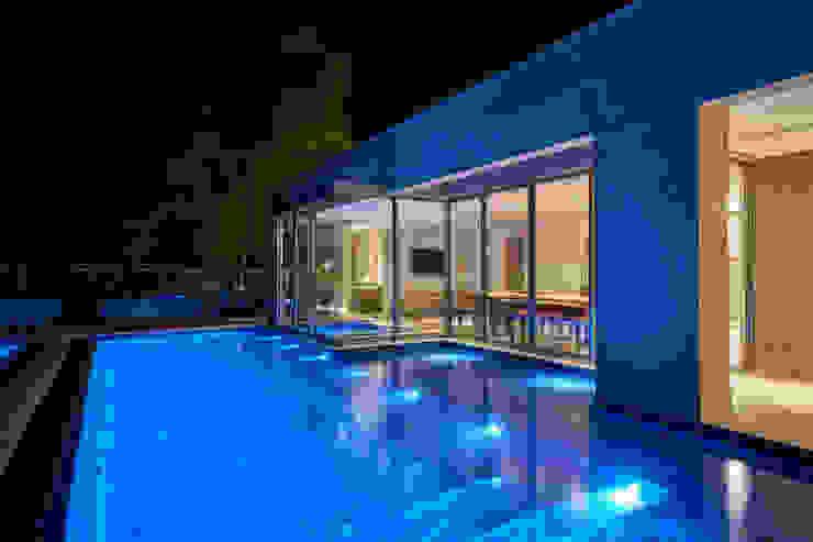 Casa Riviera Piscinas modernas por Márcia Carvalhaes Arquitetura LTDA. Moderno