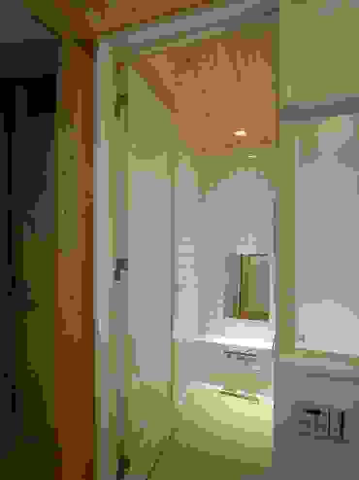 浴室 モダンスタイルの お風呂 の エム・アイ・エー・アーキテクツ有限会社 モダン セラミック