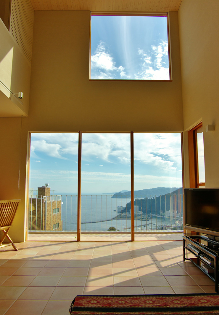 熱海・伊豆山の家 モダンな 窓&ドア の 川口孝男建築設計事務所 モダン タイル