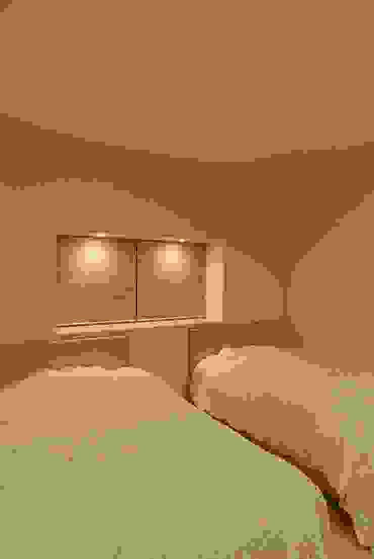 熱海・伊豆山の家 モダンスタイルの寝室 の 川口孝男建築設計事務所 モダン 木 木目調