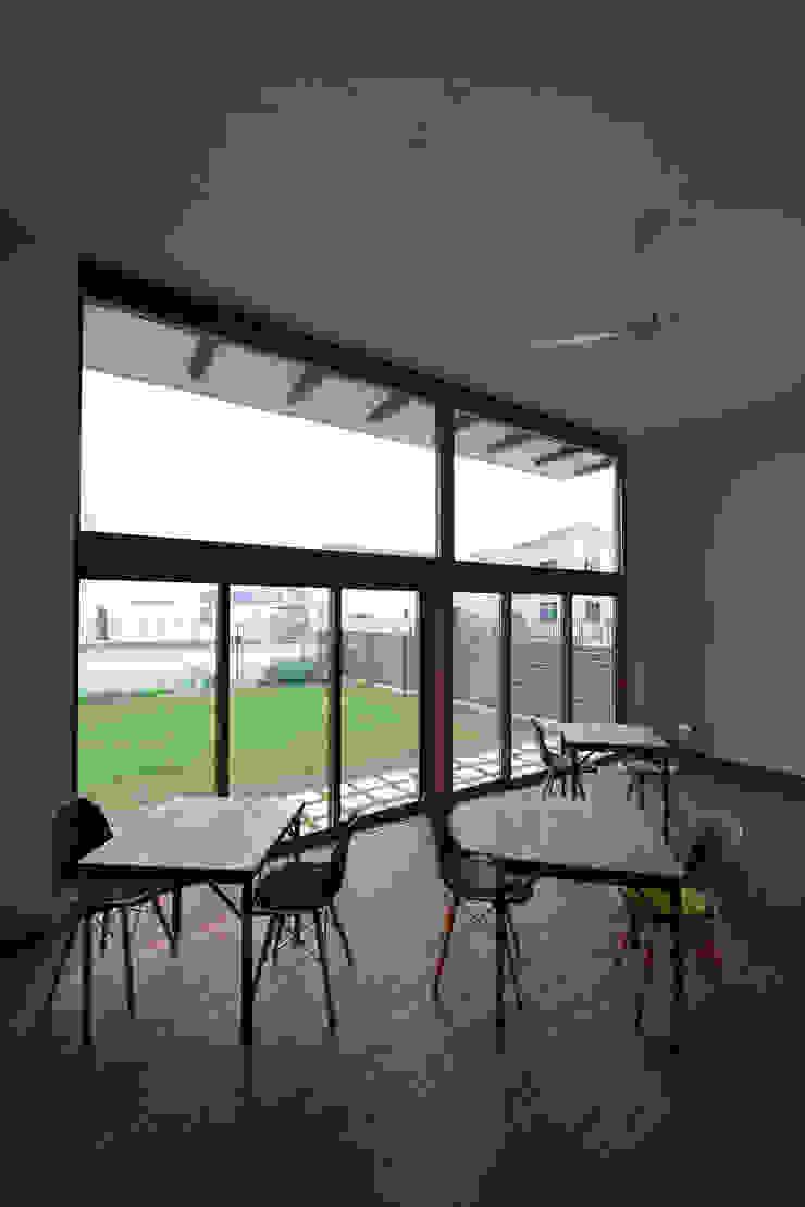cafe miu モダンデザインの リビング の 創右衛門一級建築士事務所 モダン 無垢材 多色