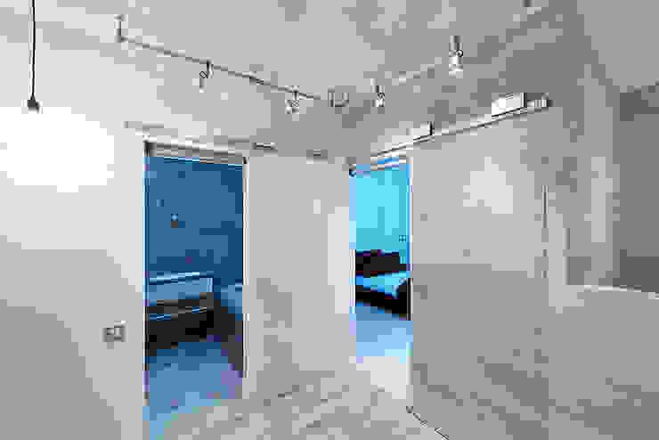 Minimalist corridor, hallway & stairs by Olga Kravchuta design Minimalist