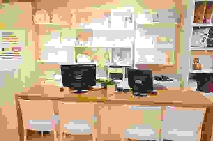 Mesa de atendimento do showroom Casa Shopping por INTERCASA MÓVEIS INFANTIS E JUVENIS Moderno Madeira Efeito de madeira