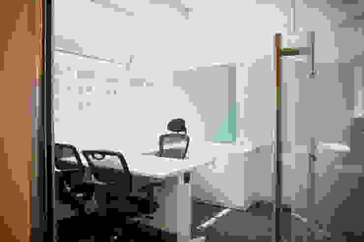 Senior manager cabin Modern study/office by Kreeativ design studio Modern MDF